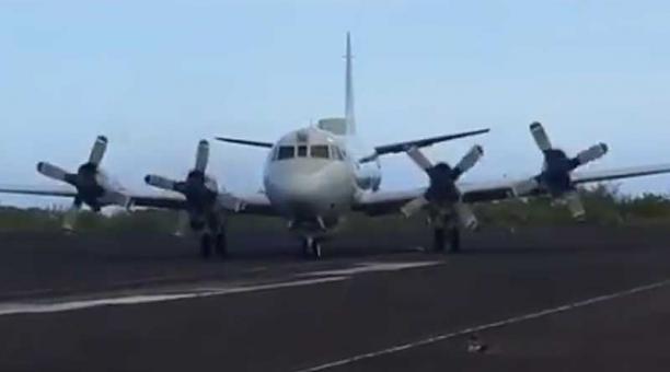 El avión de Estados Unidos Orión P3 aterrizó en el aeropuerto de San Cristóbal, en Galápagos este 5 de mayo del 2021. Foto: captura