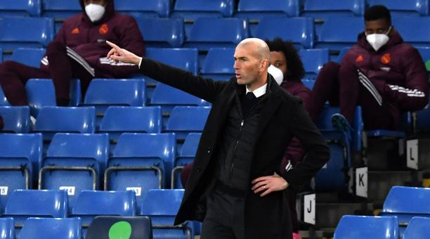 El entrenador del Real Madrid, Zinedine Zidane, hace gestos en la línea de banda durante la semifinal de la Liga de Campeones de la UEFA, el segundo partido de fútbol entre el Chelsea FC y el Real Madrid en Londres, Reino Unido, 05 de mayo de 2021. Foto