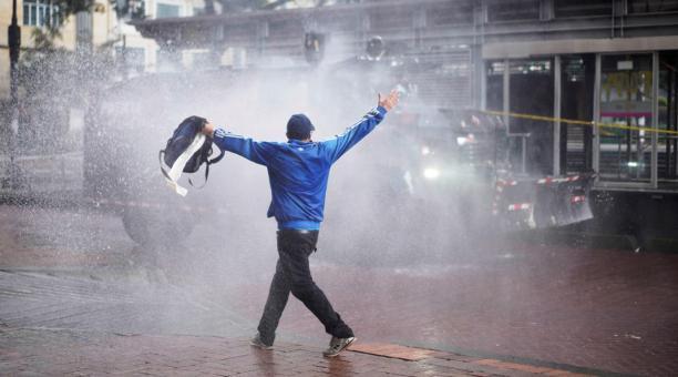 Un grupo de manifestantes enfrenta a la Policía al finalizar una nueva jornada de movilizaciones este 5 de mayo del 2021, en el centro de Bogotá (Colombia). La tensión reina este miércoles en las calles de Colombia, donde persisten las manifestaciones con