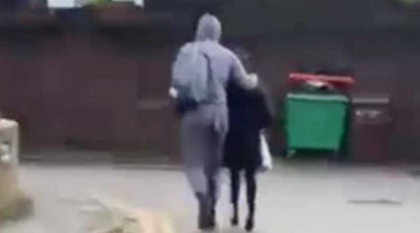 El hombre siguió a la niña mientras se dirigía a su escuela. Foto: captura