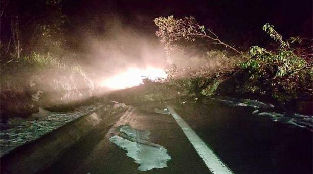 El deslizamiento ocurrió a las 19:00 del 5 de mayo del 2021 en el sector de El Capote, en el sur de Tulcán. Foto: ECU 911.