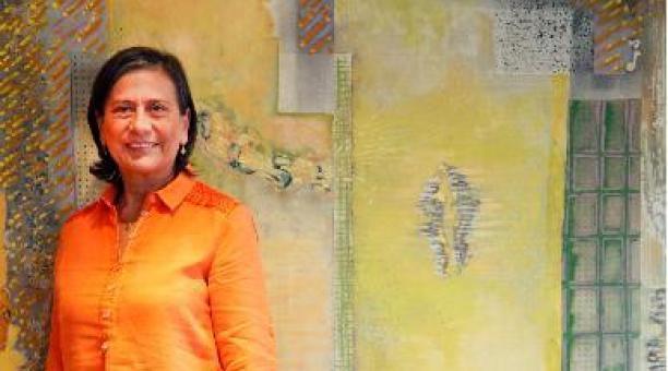 Rita Loreto, una de las fundadoras del Seseribó, con el cuadro del artista Ramiro Jácome, el primero de una gran selección de obras plásticas. Foto: Patricio Terán / EL COMERCIO