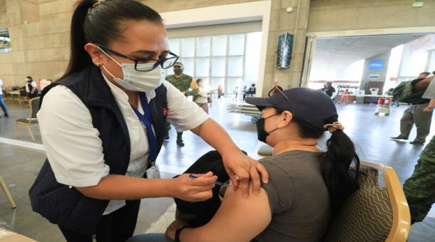 El personal de salud aplica vacunas contra el coronavirus en la ciudad de León, estado de Guanajuato. México registró este jueves 6 de mayo de 2021 un récord de personas vacunas contra el virus. Foto: EFE