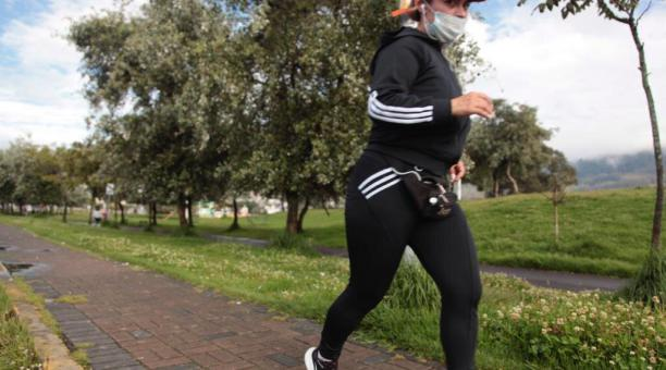 La AMC ha sancionado en Quito a varias personas por no utilizar la mascarilla o colocársela de forma inadecuada. Foto: Galo Paguay / EL COMERCIO