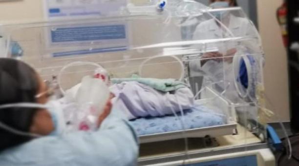 La bebé fue abandonada en una vía del cantón El Carmen, en Manabí. La recién nacida fue trasladada a un hospital de Santo Domingo, por su grave estado de salud. Foto: El Diario (Manabí)