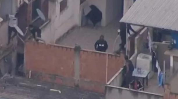 Helicópteros apoyaron desde el aire las acciones de los uniformados y algunos delincuentes lograron huir por los tejados de las casas. Foto: Twitter @Metropoles