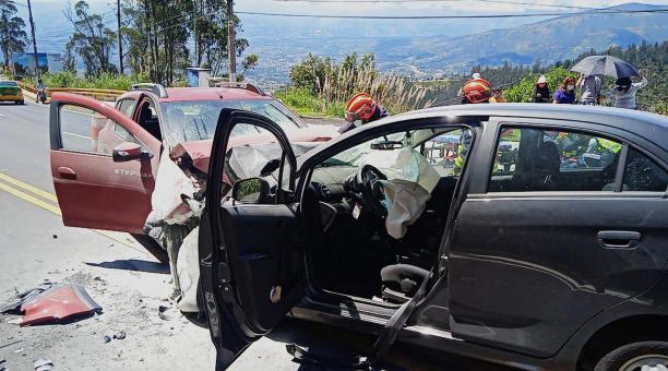 El Cuerpo de Bomberos manifestó que atendió a las personas heridas en el accidentes de tránsito suscitado la mañana de este jueves 6 de mayo del 2021. Foto: Cortesía ECU 911