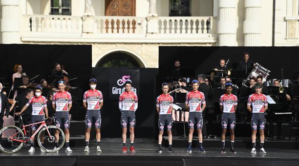 El equipo de Androni Sidermec presentó a sus competidores. En la izquierda luce el ecuatoriano Alexander Cepeda junto a su bicicleta. Foto: Twitter @giroditalia