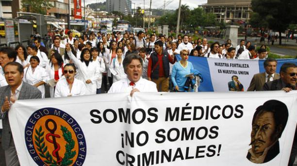 Marcha de medicos al Consejo de la Judicatura dicha marcha empezo en el hospital Carlos Andrade Marin.  Foto: Julio Estrella / EL COMERCIO
