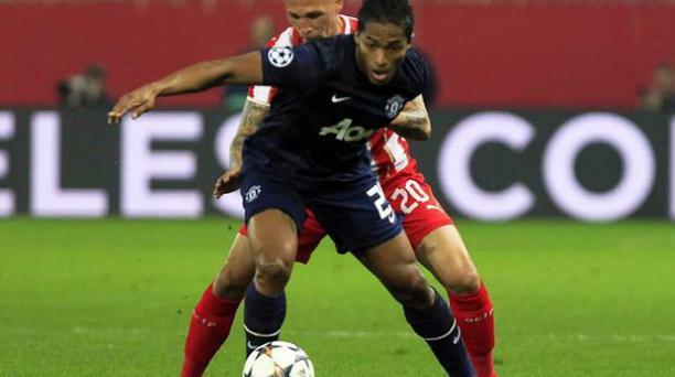 Antonio Valencia del Manchester United protege el balón de Jose Holebas (atrás). Foto:EFE