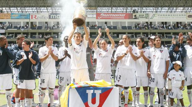 Los jugadores de Liga de Quito exhibe el trofeo de la Copa Libertadores en el estadio Casa Blanca. Bolívar Vásquez/ EL COMERCIO