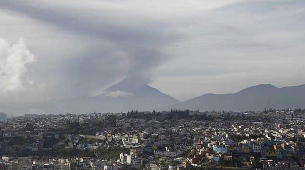Una nueva expulsión de ceniza se registró hoy en la mañana en el volcán Tungurahua. Foto: Glenda Giacometti / EL COMERCIO