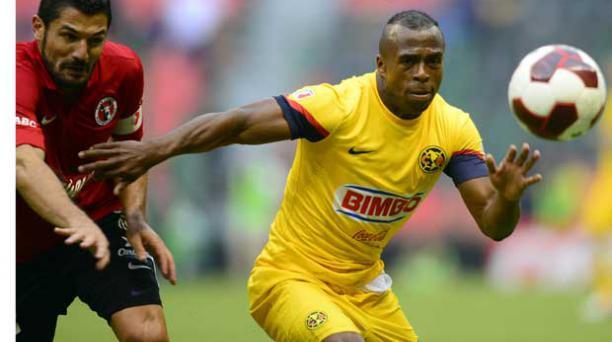 Christian Benitez de America (amarillo) en el partido de anoche  ante los Xolos de Tijuana. Foto: