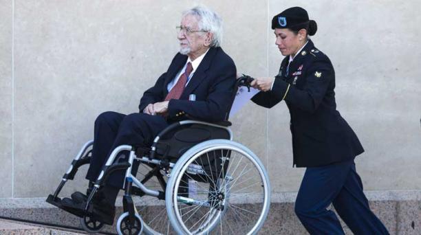 Una soldado ayuda a un veterano de guerra para asistir a la ceremonia franco-estadounidense en el cementerio militar estadounidense y complejo conmemorativo de Normandía en Coeville-sur-Mer (Francia) hoy, viernes 6 de junio de 2014. Foto: EFE