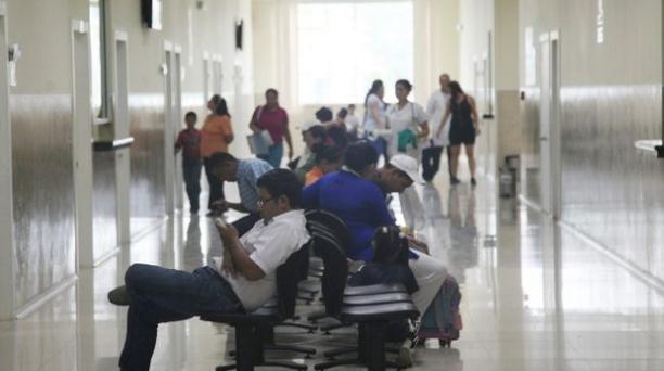 En el IESS: Los pacientes esperan a ser atendidos en el hospital. Juan Carlos Pérez/EL COMERCIO