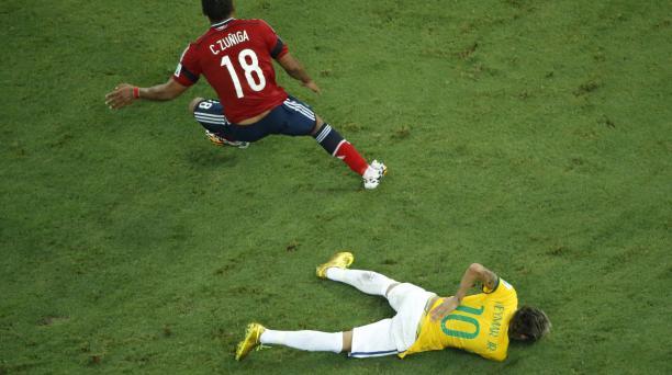 Acción de juego entre Zúñiga y Neymar. Foto: AFP