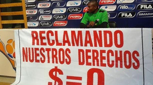 El jugador del Deportivo Quito, Washington España, durante una rueda de prensa para reclamar el pago de los sueldos. Foto: El Comercio.