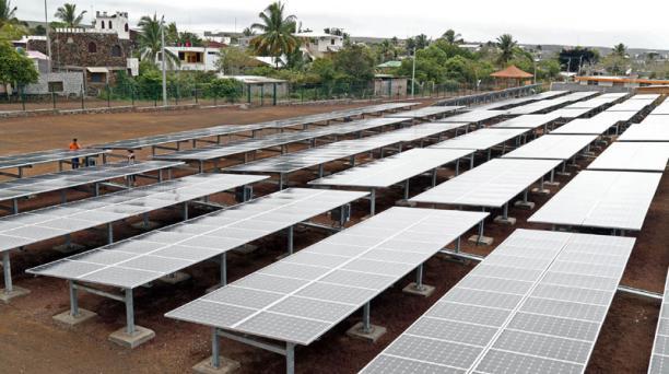 El proyecto de generación eléctrica a través de paneles solares se desarrolla en Puerto Ayora con la ayuda de la cooperación internacional de Corea. Foto: Diego Pallero/ EL COMERCIO