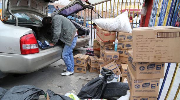 """En el centro de Tulcan, varios """"cachineros"""" ocultan mercadería, en especial víveres, para pasarlos a Colombia. Foto: Diego Pallero / El Comercio."""