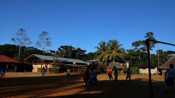 Unos jóvenes juegan en la plaza central de Sarayaku. Foto: Archivo/EL COMERCIO
