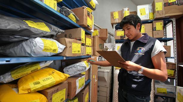 La semana pasada, los couriers receptaron los ultimos envíos que no pagarán al tasa. En la foto, Juan Carlos Campaña en la oficinas de Mequisedec S.A. Foto: Vicente Costales / EL COMERCIO