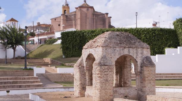 La Fontanilla era el único vestigio del puerto en Palos de la Frontera. Atrás está la iglesia de San Jorge Mártir, del siglo XIV. Foto: Fernando Andrade/ EL COMERCIO