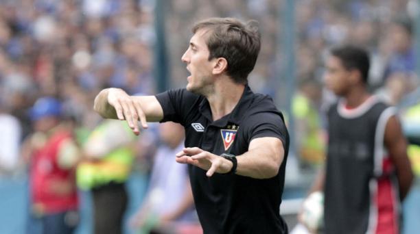 El argentino Luis Zubeldia da instrucciones a sus jugadores. Foto: Joffre Flores / EL COMERCIO