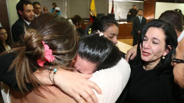 Ayer, familiares de las víctimas se abrazaron tras escuchar la resolución final de la Corte. Foto: EL COMERCIO