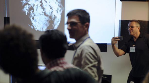 Científicos miran en la pantalla de una computadora la primera imagen transmitida por el robot Philae de la Agencia Espacial Europea (ESA). Foto: AFP