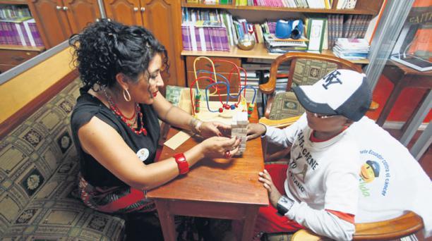 Jhon Simbaña recibe ayuda en Fundación Jóvenes Contra el Cáncer. Foto: Julio Estrella/ EL COMERCIO