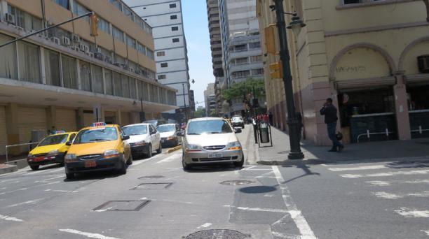 La invasión del carril exclusivo de la Metrovía y el bloqueo de las intersecciones, en Guayaquil, serán sancionadas por el Municipio con una multa de USD 340. Foto Juan Carlos Mestanza / EL COMERCIO