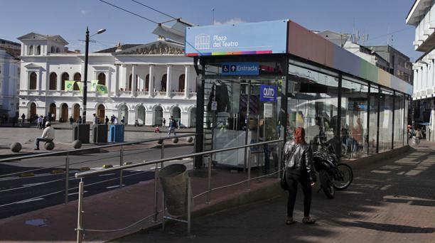 En la foto, la parada del Sistema Integrado Trolebus en la Plaza del Teatro, en el Centro Histórico de Quito. Foto: Galo Paguay / EL COMERCIO
