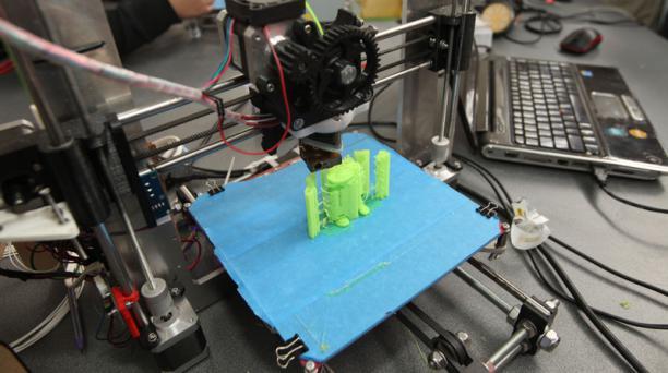 En la foto, las impresoras 3D de la empresa 3D Lab en la Feria Innopolis en la Universidad Yachay Tech. Foto: José Mafla / EL COMERCIO