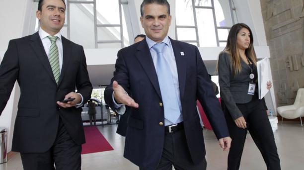 El ministro Francisco Rivadeneira a su llegada al Hotel Quito. La reunión  con su par peruana tuvo una duración de casi cinco horas. Foto: Patricio  Terán / El Comercio