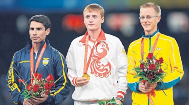 El ecuatoriano Jefferson Perez (i) medalla de plata junto al ruso Valeriy Borchim, medalla de oro y Jared Tallent, plata, en los  en los juegos Olímpicos de Beijing. Foto: Archivo AFP