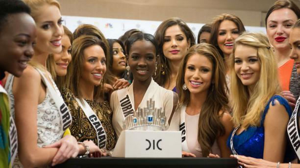 Las candidatas posaron junto a la corona. Foto: AFP