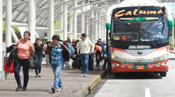 Llegada de los turistas por el feriado de Carnaval a la Terminal de Quitumbe, en el sur de Quito. Foto: María Isabel Valarezo / EL COMERCIO