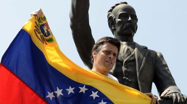 Leopoldo Lopez junto al monumento de José Martí, antes de entregarse a las autoridades. Foto: Leo Ramírez / AFP