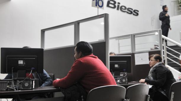 El área de créditos hipotecarios de la matriz del Biess, en Quito, atiende a afiliados. Foto: Patricio Terán/ EL COMERCIO.