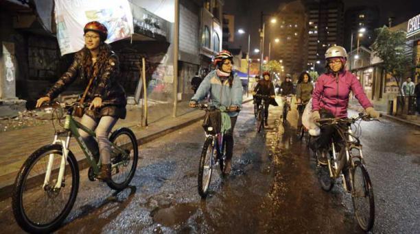 Lorena Gallardo (izquierda) y Daniela Borja (derecha) forman parte del colectivo femenino que busca apropiarse de espacios públicos con sus bicicletas. Foto: Diego Pallero/ El Comercio