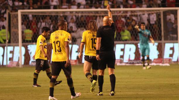 El árbitro Omar Ponce exhibe la cartulina roja al jugador Pedro Pablo Velasco del Barcelona Sporting Club. Foto: Vicente Costales/ EL COMERCIO