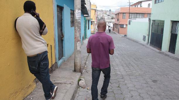 Richard (derecha) y Marcel están de paso en Quito para dirigirse a Brasil, su destino final. Foto: Eduardo Terán / EL COMERCIO