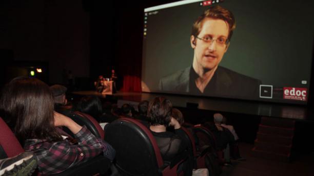 Video conferencia de Edward Snowden previo a su documental en el Festival EDOC. Foto: Paul Rivas Bravo / El Comercio