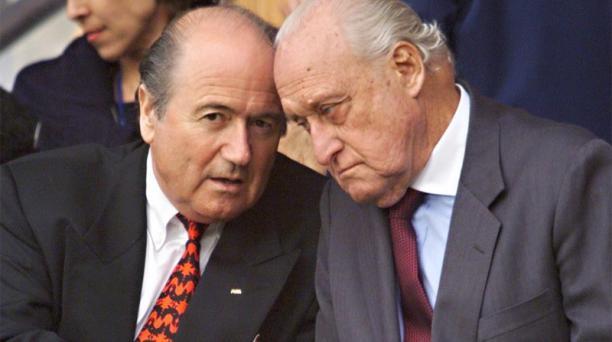 En 1998 Sepp Blatter (izq.) se reunió con su predecesor el brasileño Joao Havelange. Foto: Pedro Ugarte / AFP
