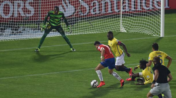 Alexis Sánchez eludió a cuatro defensas pero no pudo marcar en portería de Alexander Domínguez.Foto: AFP