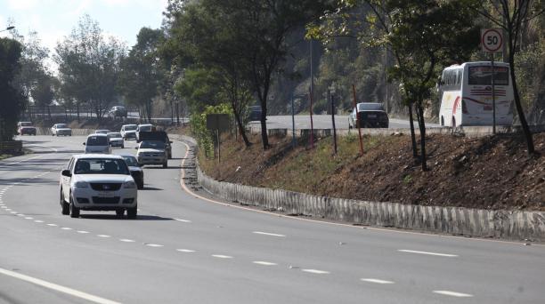 En esta avenida los conductores de vehículos livianos deben circular hasta 90 kilómetros por hora. Foto: Vicente Costales/ EL COMERCIO.