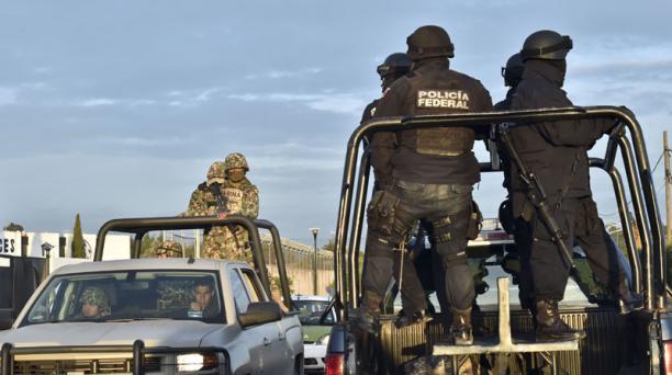 Los agentes de la Policía mexicana custodian la cárcel El Altiplano, de la que escapó Joaquín 'El Chapo' Guzmán. Foto: YURI CORTEZ / AFP