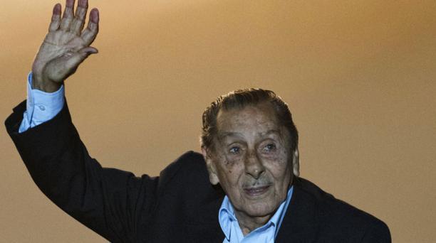 Imagen de archivo del exfutbolista uruguayo Alcides Edgardo Ghiggia cuando asistió al estreno de la película documental Maracaná, en el estadio Centenario de Montevideo el 12 de marzo de 2014. AFP
