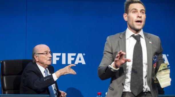 Blatter pidiendo la presencia de su seguridad antes de recibir el baño de billetes. Foto: Agencia AFP