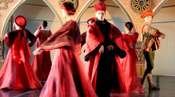 Más de 40 bailarines del BEC participan en esta adaptación dancística de la famosa obra de William Shakespeare, 'Romeo y Julieta'. Foto: Armando Prado/  EL COMERCIO.